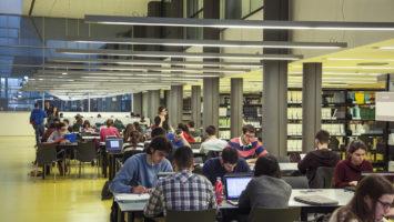 Estudiantes preparando el examen MIR.