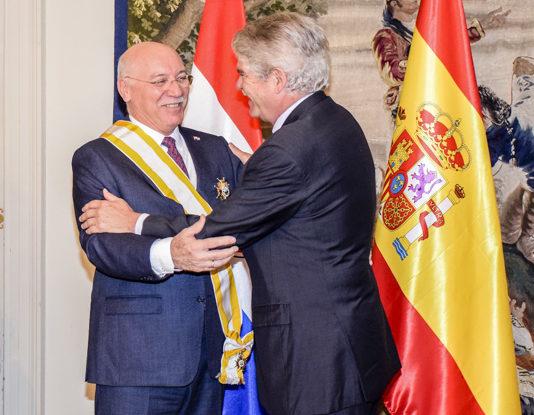Espa a condecora al ministro de relaciones exteriores de for Ministerio de relaciones interiores espana