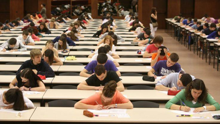 Candidatos durante el examen MIR.