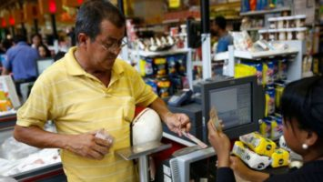 Venezolano comprando comida.