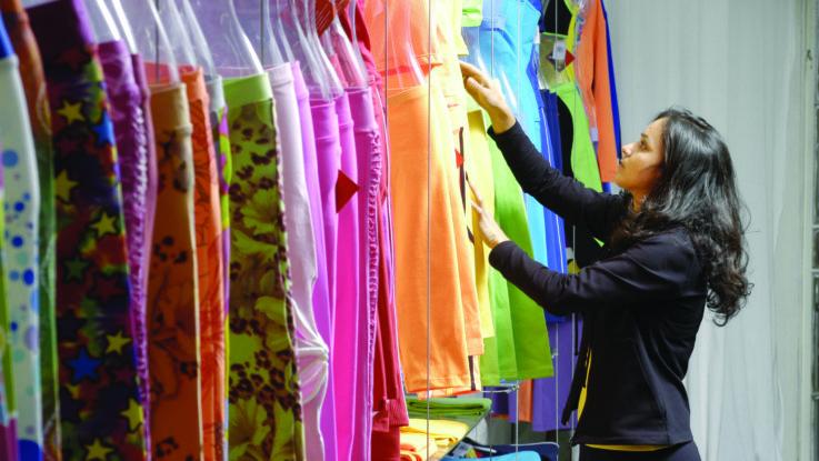 Diseñadora revisando su colección.