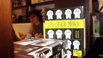 Mónica Lalanda junto a su libro 'Con-ciencia Médica'.