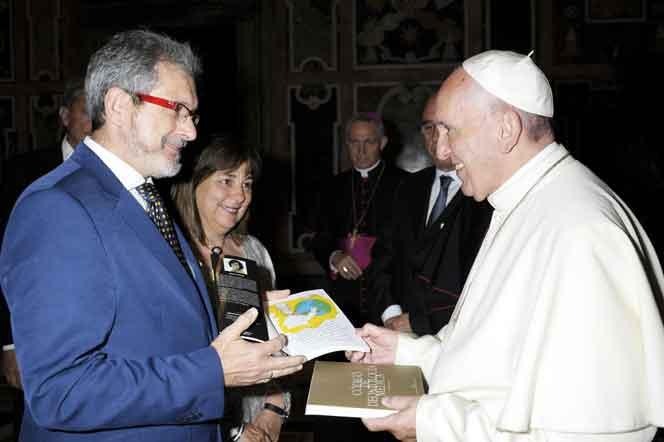 Papa Francisco recibiendo libro Con-ciencia Médica.