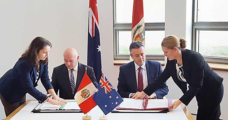 El ministro de Comercio Exterior y Turismo de Perú; Eduardo Ferreyros, junto con el ministro de Infraestructura y Transporte de Australia; Darren Chester, firmando acuerdo.