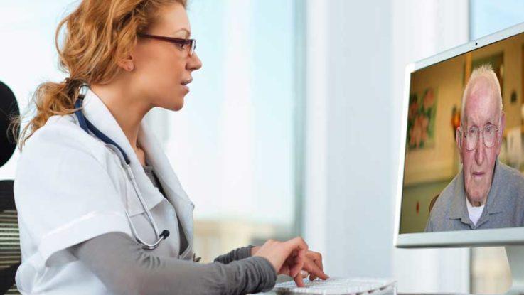 Una doctora atiende a su paciente vía online.
