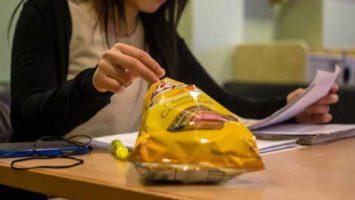 Los candidatos al MIR suelen descuidar su alimentación por la presión de los meses de estudios.