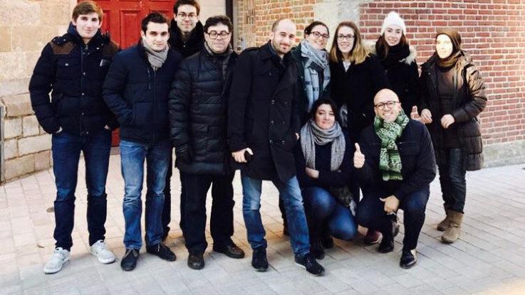 Alexander Vargas junto a un grupo de colegas.