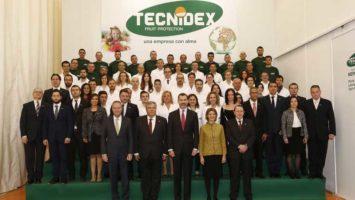 El rey Felipe VI junto a los directivos y empleados de Tecnidex.
