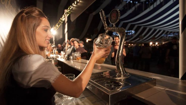 Camarera sirviendo una cerveza en festival Oktoberfest Madrid 2015.
