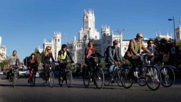 Paseo en bicicleta por la Plaza de Cibeles, Madrid.