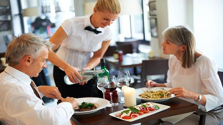 Los camareros son uno de los empleados más demandados en el sector turístico.