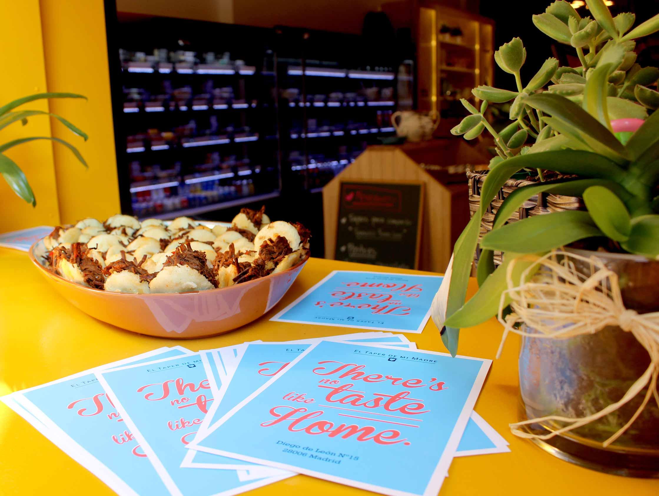 Exhibición de plato con mini arepas en el interior de la tienda El Taper de mi Madre.