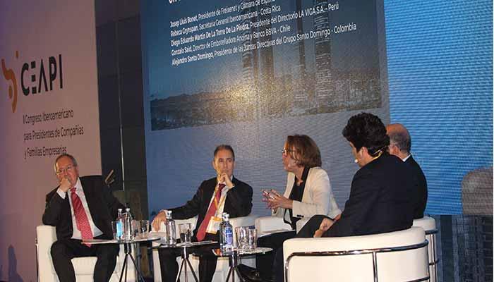 Rebeca Grynspan, secretaria general Iberoamericana, modera la mesa 'Nuevos desafíos en la Relación Empresa y Sociedad'.