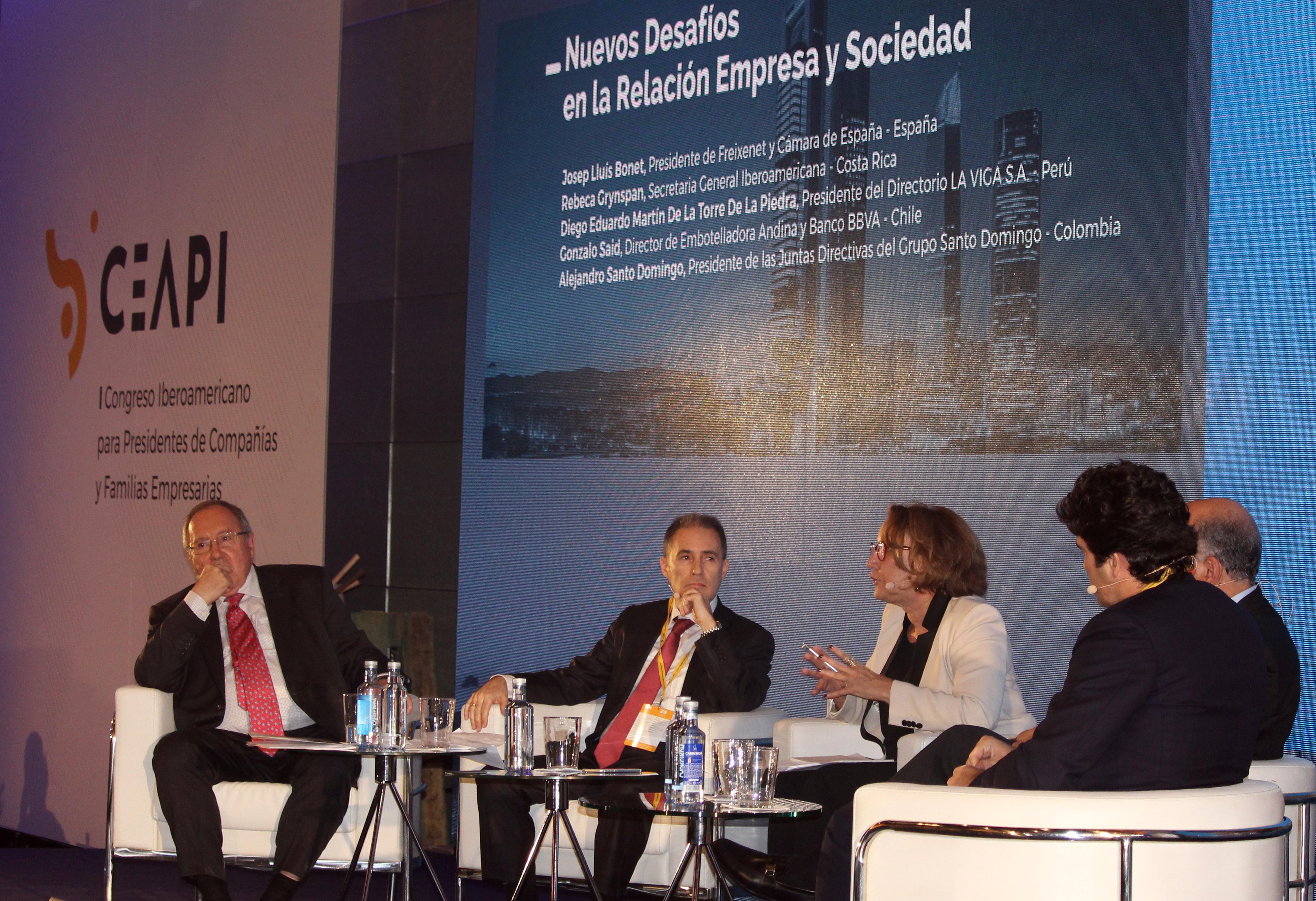 Diego Eduardo Martín de la Torre junto a otros participantes en el Congreso organizado por el Ceapi.