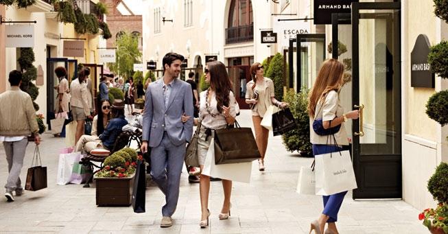 Pareja compartiendo un paseo de compras.