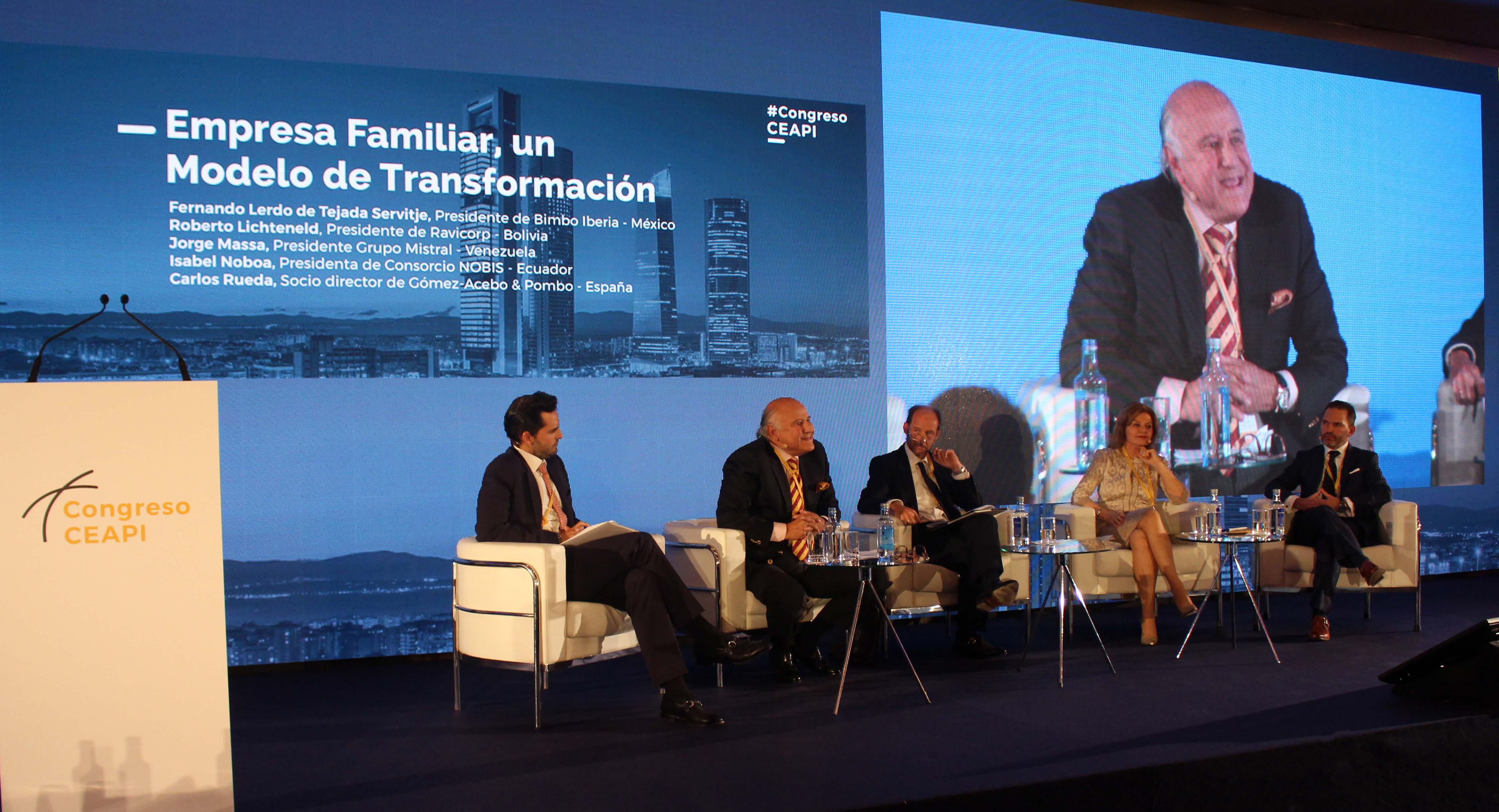 Los participantes escuchan la ponencia del venezolano Jorge Massa.