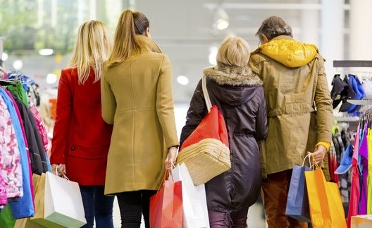 Familia de compras en centro comercial.