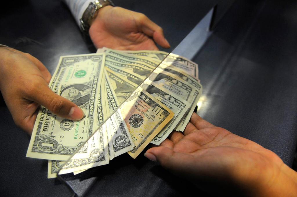 Primeras medidas para reflotar la economía ecuatoriana.