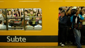 La aplicación móvil, diseñada por estudiantes, permitirá conocer cuántas personas hay en cada vagón del metro para viajar menos apretados.