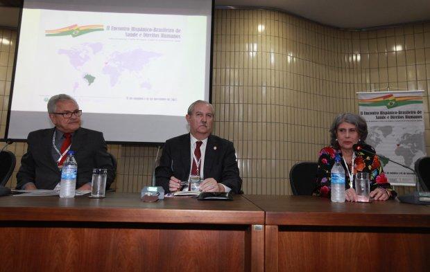 Jecé Freitas, vicepresidente 2º del Consejo Federal de Medicina de Brasil; Serafín Romero, presidente de la OMC; y Rosana Reis, coordinadora general del Sistema Nacional de Trasplantes de Brasil.
