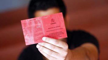 La tarjeta roja permite al extranjero poder acreditar su permanencia legal en España durante un período superior a los seis meses.