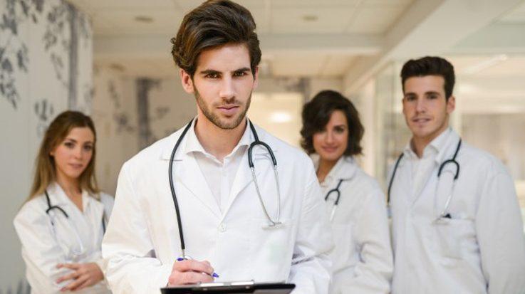La titulación oficializa el final de su formación sanitaria especializada en el SNS.