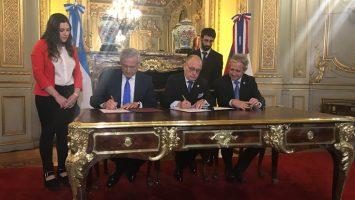 Los ministros de Asuntos Exteriores de Argentina Y Chile durante la firma del Tratado de Libre Comercio.