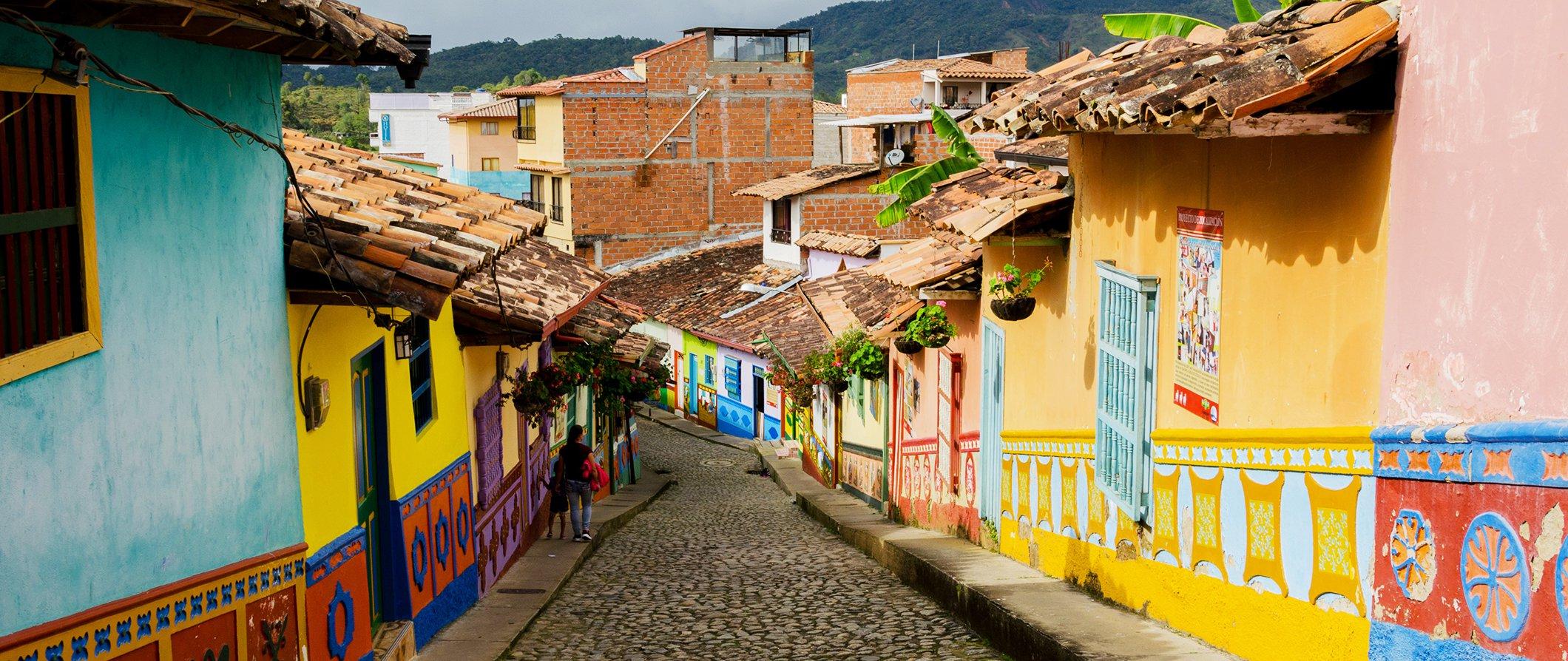 Las autoridades colombianas presentaron a la delegación de País Vasco los desafíos a los que se enfrentan en materia de movilidad logística.