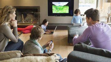 Las familias españolas podrían ahorrar hasta 921 euros al año pagando en una misma factura la telefonía fija y móvil, internet y televisión.