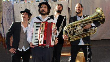 Los integrantes de Jingle Django: Iván Canteli, percusión y voz; Néstor Ballesteros, acordeón; Simone Rossi, clarinete y dirección artística; y Marcos Pérez, tuba.