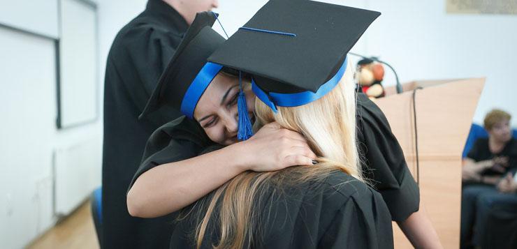 La convalidación del título se debe realizar por medio de una universidad española de libre elección por parte del solicitante.