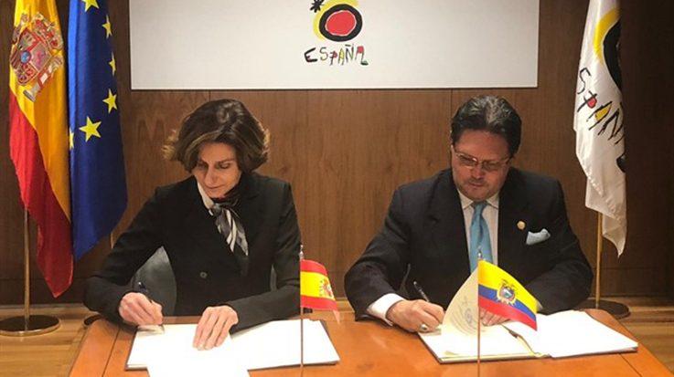 Isabel Oliver, secretaria de Estado de Turismo, junto al ministro de Turismo de la República de Ecuador, Enrique Ponce.