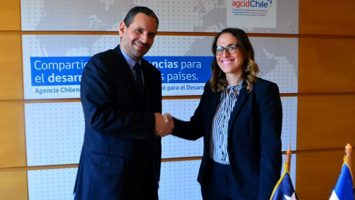 Eugenio Pérez Monje, director ejecutivo de la Agencia de Cooperación Internacional de Chile; (AGCI) y María Fernanda Ortega Gámez, directora general de Cooperación Bilateral del Viceministerio de Cooperación Internacional del MEPyD.