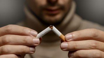 Un 23 por ciento de los españoles aún conserva el hábito del cigarrillo.