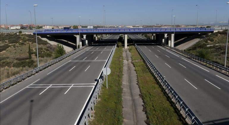 La autopista cuenta con pasarelas peatonales, iluminación continua, y paradas de autobús.