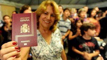 El número de extranjeros nacionalizados españoles se incrementó un 32 por ciento durante 2016.