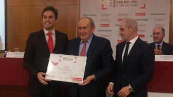 Edmundo Bayón, presidente de Bodegas Protos, recibiendo el 'Premio PYME del año 2017'.