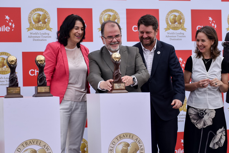 Jorge Rodríguez Grossi, ministro de Economía, Fomento y Turismo, Javiera Montes, subsecretaria de turismo, y Marcela Cabezas, directora de Sernatur, celebrando el triunfo de Chile en los World Travel Awards 2017.