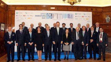 El rey Felipe VI junto a los participantes del foro financiero internacional Spain Investors Day.