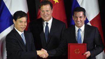 Zhong Shan, ministro de Comercio de China; Juan Carlos Varela, presidente de Panamá, y Luis Miguel Hincapié, vicecanciller de Panamá.