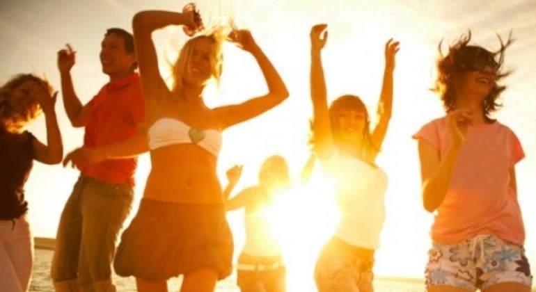 El estudio indica que la felicidad se logra por aspectos como: la edad, el nivel educativo, los ingresos económicos y el estilo de vida.