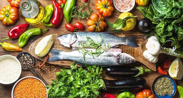 La dieta mediterránea ayuda a disminuir el riesgo de padecer demencia senil en los adultos mayores.
