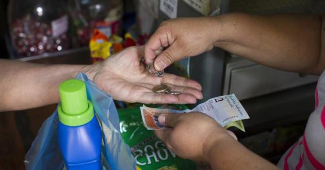 El Banco Mundial advierte que otro de los problemas a los que la economía venezolana se enfrentará es la hiperinflación del 2.000 por ciento.