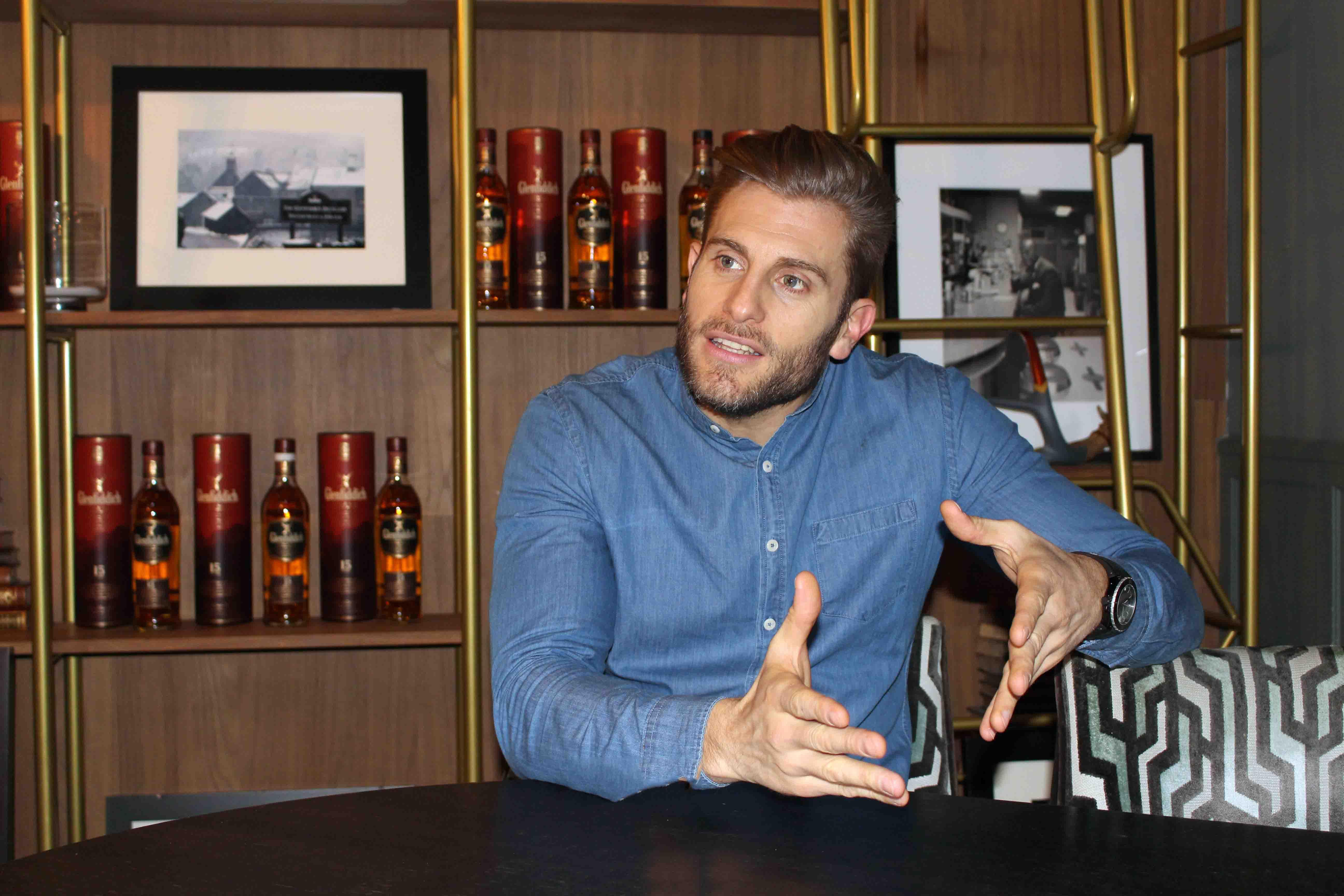 Roure, que se desempeñaba como bartender y personal trainer, da sus primeros pasos en el mundo del entretenimiento en Madrid.