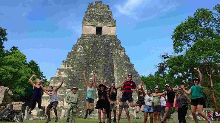 El Plan Maestro de Turismo Sostenible 2015-2025 tiene como objetivo general elevar la competitividad turística en Guatemala.