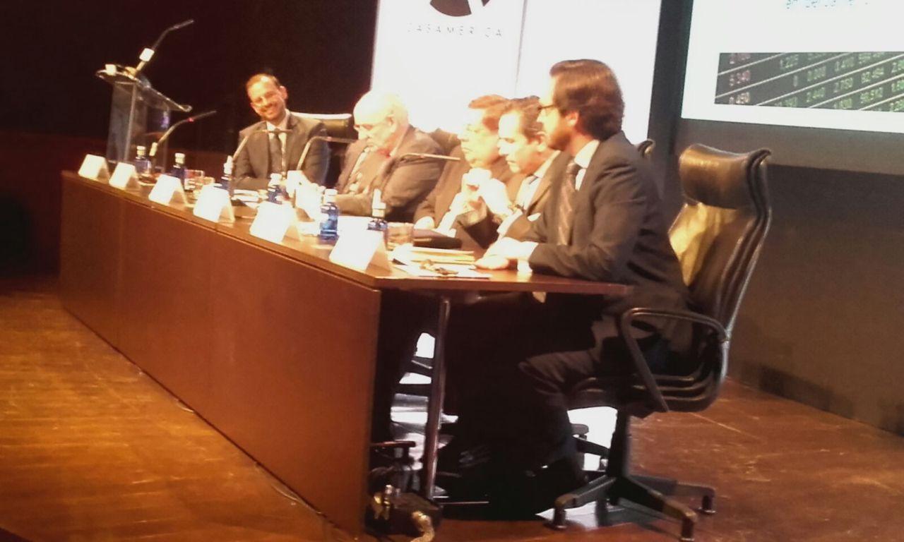 Participantes de la mesa redonda del 'XI Informe Panorama de Inversión Española en Iberoamérica'.