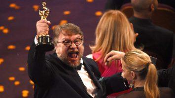 Guillermo del Toro celebra su Oscar a mejor película.