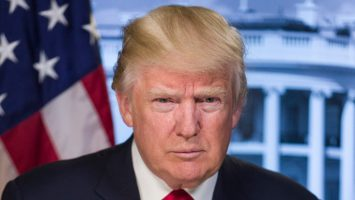 Donald Trump prohíbe cualquier transacción, provisión o financiamiento en EEUU con criptomonedas venezolanas.