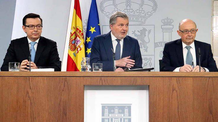 Román Escolano, ministro de Economía; Íñigo Méndez de Vigo, ministro de Educación; y Cristóbal Montoro, ministro de Hacienda.
