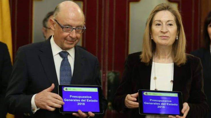 Cristóbal Montoro, ministro de Hacienda y Función Pública, y Ana Pastor, presidenta del Congreso de los Diputados.